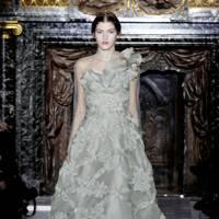 Anne hathaway wedding dress valentino marry adam schulman anne hathaways wedding dress revealed junglespirit Images