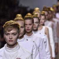 Inside Dior (2016)
