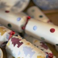 Make Christmas crackers