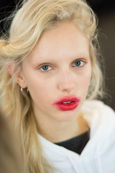 smudged lips beauty trend lfw autumn 2017 british vogue