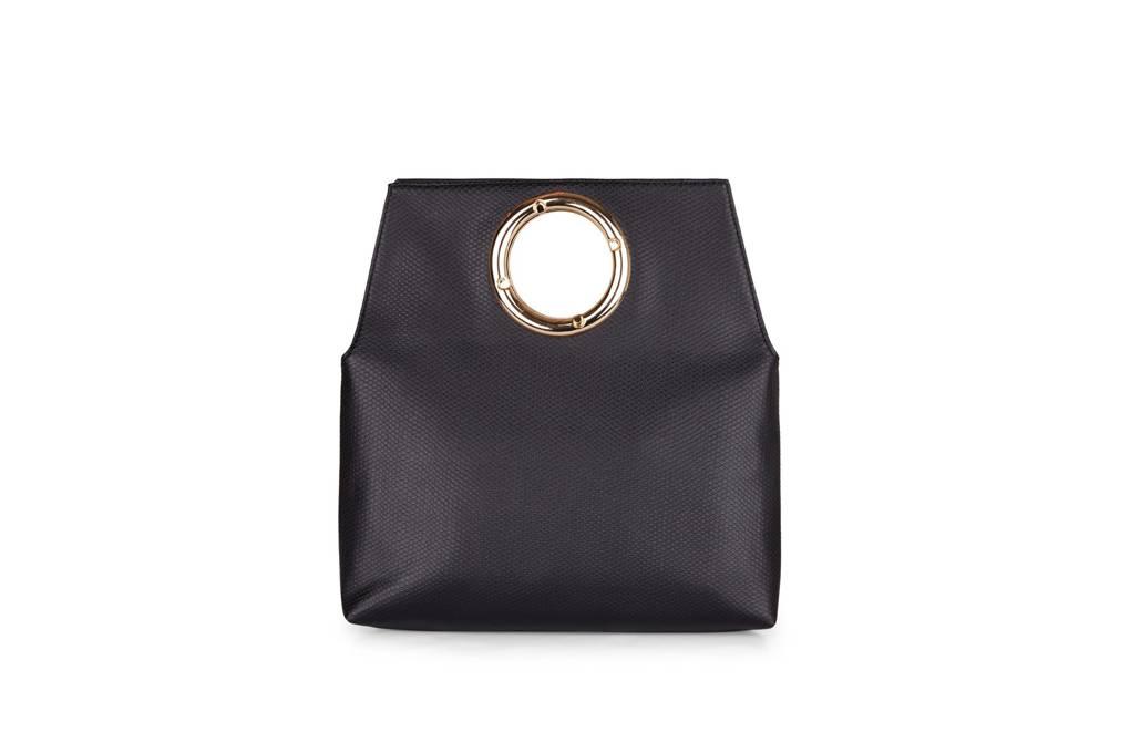 708936c4da Έτσι η δερμλατινη τσάντα της Asosμε κρίκο για χερούλι δίνει μία μοναδική  60 s νότα σε κάθε σύγχρονο λουκ.