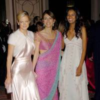 With fellow Estee Lauder spokesmodels Elizabeth Hurley and Liya Kebede in 2005